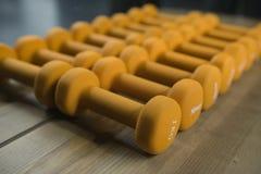 Haltères jaunes de sport Photo libre de droits
