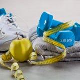Haltères, serviette, bande de mesure et pomme pour la perte de poids active Photos libres de droits