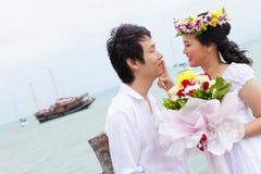 Halt des glücklichen Paars, der durch Meer küsst Stockfoto