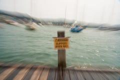 Halt, när De är vått, underteckna in zoomsuddighetseffekt royaltyfria bilder