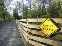 Halt när våt tecken och bro arkivbild