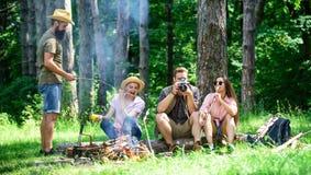 Halt voor snack tijdens wandeling Bedrijfvrienden die en de aardachtergrond ontspannen hebben van de snackpicknick Het kamperen e royalty-vrije stock foto's