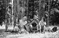 Halt voor snack tijdens wandeling Bedrijfvrienden die en de aardachtergrond ontspannen hebben van de snackpicknick Het kamperen e stock fotografie