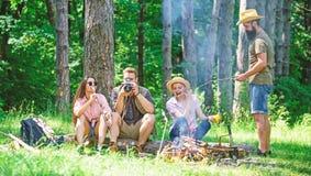 Halt voor snack tijdens wandeling Bedrijfvrienden die en de aardachtergrond ontspannen hebben van de snackpicknick Het kamperen e royalty-vrije stock afbeelding