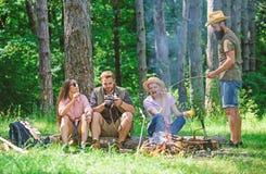 Halt voor snack tijdens wandeling Bedrijfvrienden die en de aardachtergrond ontspannen hebben van de snackpicknick Het kamperen e royalty-vrije stock fotografie