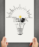 Halten der gezeichneten Glühlampe der Plakatshow Hand Lizenzfreie Stockfotografie