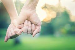 Halten der Hand im Park Lizenzfreie Stockfotos