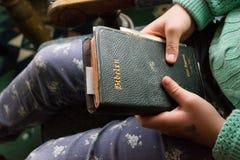 Halten der Heiliger Schrift Stockfotografie
