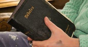 Halten der Heiliger Schrift Stockbilder