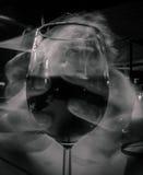 Halten der langen Belichtung des Weinglases Stockfotos