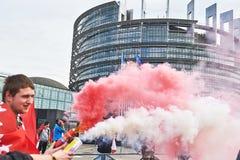 Halten der Rauchgranate vor dem Parlament Stockbild