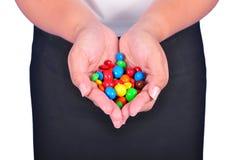 Halten der Süßigkeit lizenzfreie stockfotografie