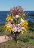 Halten des Blumenstraußes der Blumen stockfoto