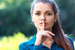 Halten des Fingers nahe Lippen Lizenzfreie Stockbilder