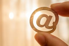 Halten des hölzernen Internets E-Mailsmbol Konzeptes lizenzfreie stockfotos