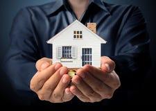 Halten des Hauses, das Wohneigentum darstellt Lizenzfreies Stockbild