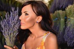Halten des Lavendelblumenstraußes. Stockfotos
