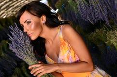 Halten des Lavendelblumenstraußes. Stockfoto