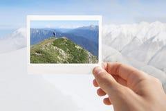 Halten des sofortigen Fotos Lizenzfreies Stockbild
