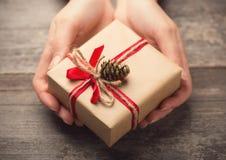 Halten einer Geschenkbox Stockbild