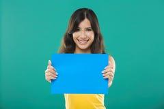 Halten eines blauen Papiers lizenzfreie stockfotografie