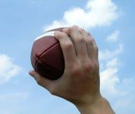 Halten eines Fußballs Stockfotos