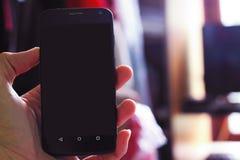 Halten eines Telefons Lizenzfreies Stockfoto
