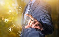 Halten multichanel des on-line-Kommunikationsnetzes mit einer Hand Stockbild