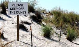 Halten Sie bitte von den Dünen fern stockbilder