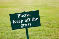 Halten Sie bitte weg vom Graszeichen Stockbild