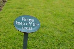 Halten Sie bitte weg vom Graszeichen Stockbilder