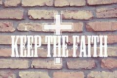 Halten Sie das Glauben-Zitat mit Christus-Kreuz Stockfoto