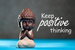 Halten Sie das positive Denken, tun nicht negativ, Motivationstext mit kleiner Buddha-Figürchen Denken Sie Positiv, Yoga und lizenzfreie stockfotografie