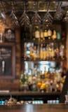 Halten Sie entgegengesetzt in der englischen Kneipe mit bokeh Lichtern und undeutlichem backgrou ab stockfotografie