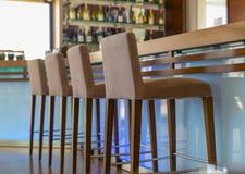 Halten Sie entgegengesetzt mit St?hlen im leeren bequemen Restaurant ab stockfoto
