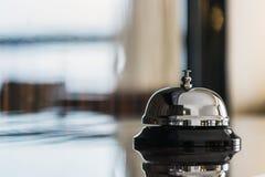 Halten Sie Glocke bei Empfang im Hotel instand lizenzfreie stockfotografie