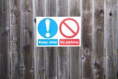 Halten Sie klares Parkverbotsschild auf Bretterzaun lizenzfreie stockfotos
