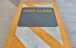 Halten Sie klares Zeichen auf Boden an der Himmelbahnstation stockfotos
