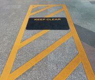 Halten Sie klares Zeichen an der Himmelbahnstation lizenzfreie stockfotos