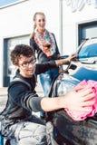 Halten Sie Mannreinigungslampe des Fahrzeugs in der Waschanlage instand Lizenzfreie Stockbilder