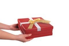 Halten Sie roten Geschenkkasten mit gelbem Bogen als Geschenk an Lizenzfreie Stockbilder