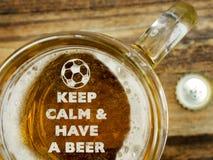 Halten Sie Ruhe, ein Bier zu essen stockfoto