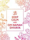 Halten Sie Ruhe und OM Namah Shivaya OM-Beschwörungsformelmotivtypographieplakat auf weißem Hintergrund mit buntem Blumen Stockfotos