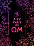 Halten Sie Ruhe und OM OM-Beschwörungsformelmotivtypographieplakat auf schwarzem Hintergrund mit buntem Blumenmuster Yoga und Stockbilder