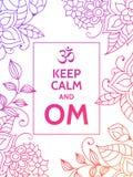 Halten Sie Ruhe und OM OM-Beschwörungsformelmotivtypographieplakat auf weißem Hintergrund mit buntem Blumenmuster Yoga und Stockbild