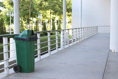Halten Sie sauber durch einen grünen Behälter Lizenzfreies Stockbild