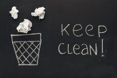 Halten Sie sauberen Hintergrund Abfalleimer und Papiere auf Tafel Lizenzfreie Stockfotos