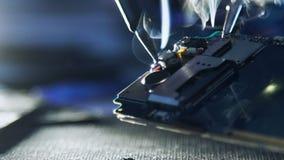 Halten Sie Telefondrahtlöten der Reparaturwerkstatt das gebrochene instand stock video footage