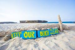 Halten Sie unseren Strand sauber lizenzfreie stockbilder