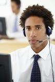 Halten Sie Vertreter Talking To Customer im Call-Center instand Lizenzfreie Stockfotografie